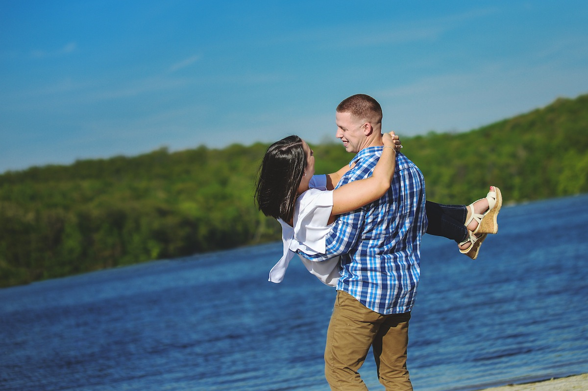 man-holding-girlfriend-lake-shore-nj-photography