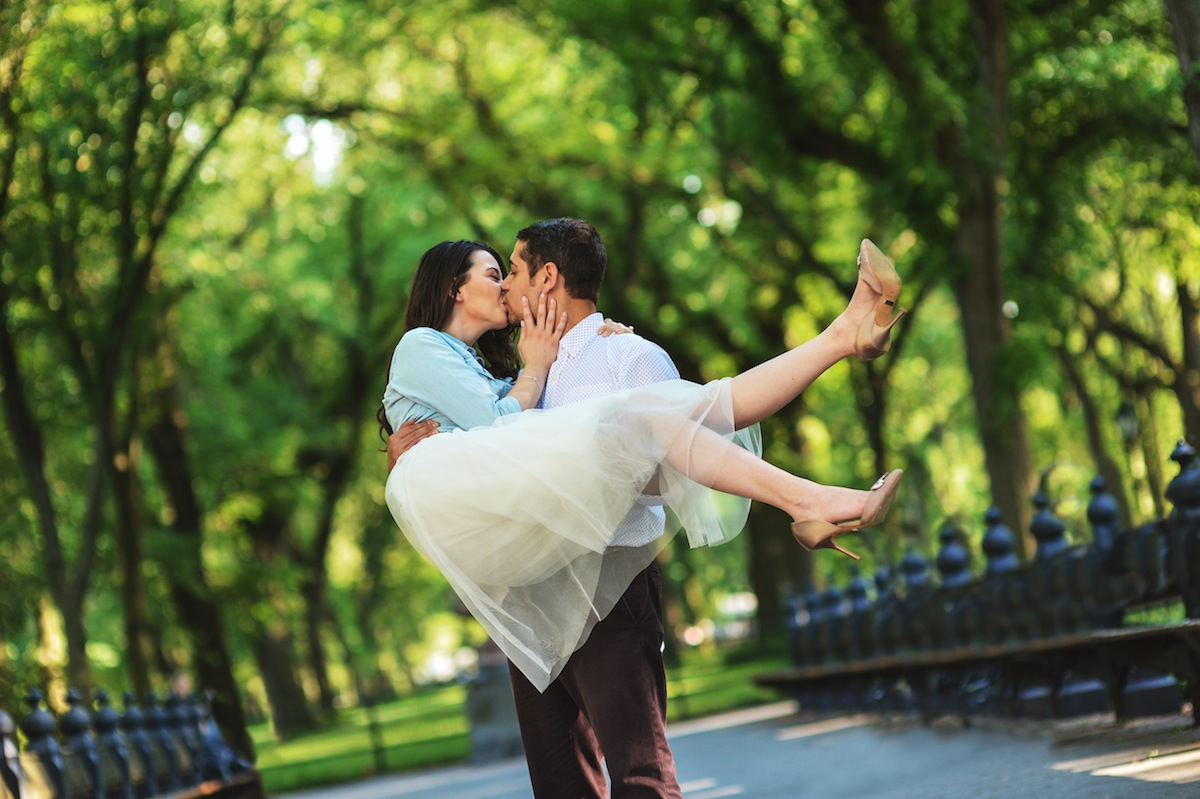 billy-holding-and-kissing-cece-in-central-park-ny-engagement-photography