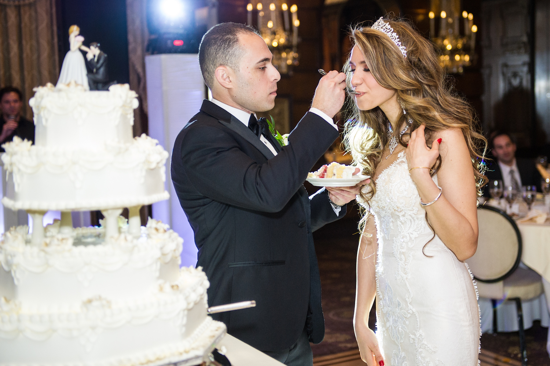 amro-feeding-nada-cake-wedding-photography-nj