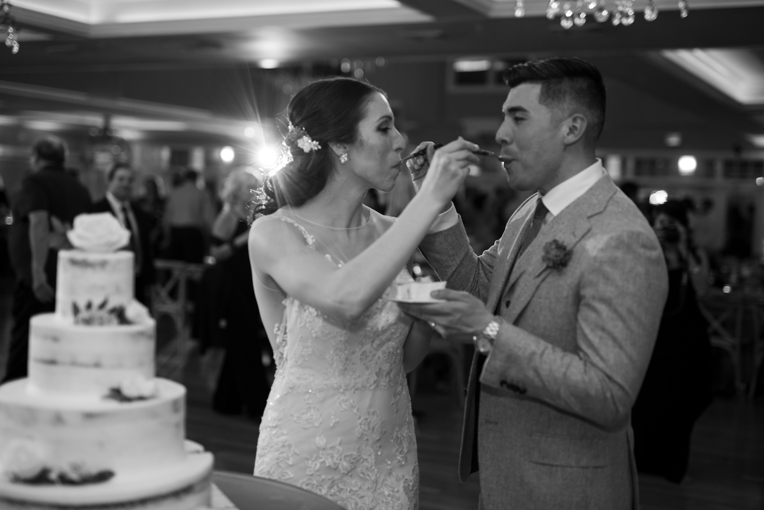 kelly&paul-cake-cutting-nj-wedding-photographers
